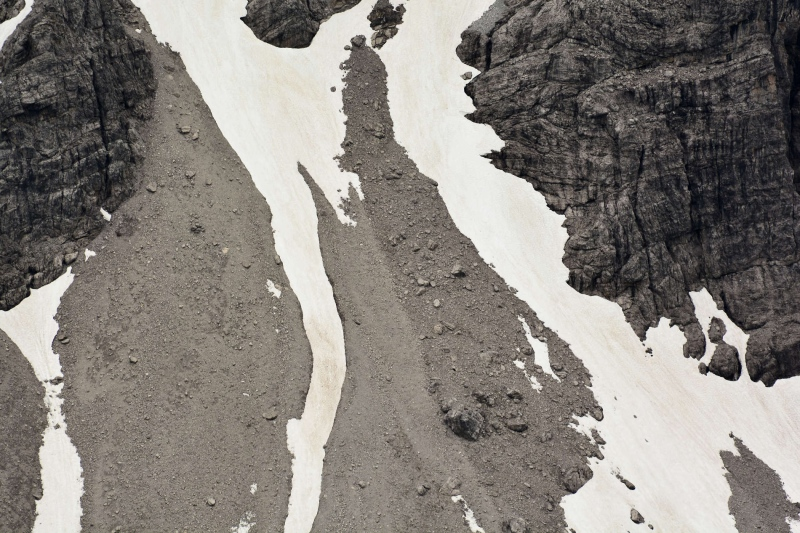 Schnee, der in Rinnen und windgeschützen Bereichen überdauerte.